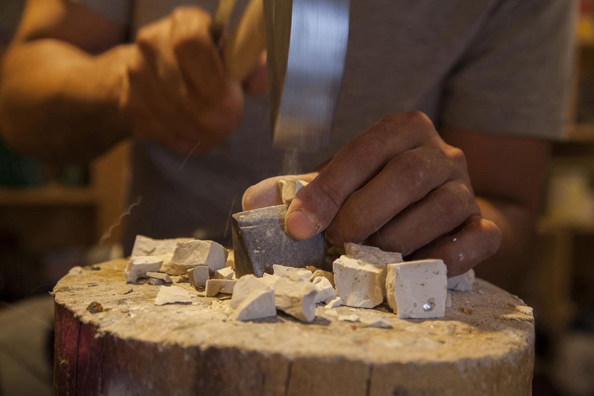 gli strumenti del mosaicista nella bottega di mosaico artigiana Carraro Chabarik a Udine, foto di Anna Fuga
