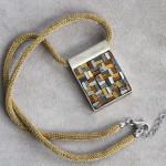 """Gioielli in mosaico: dalla collezione Gioielli CC, pendente """"Tessuto antico"""" #15"""