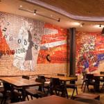"""""""Coming to the city"""", 2010-2011. Collaborazione al progetto della scuola Spier Architectural Arts (Sud Africa), su bozzetto di Clive Van den Berg. Installato presso il ristorante Nando's, Kings Cross, Londra. 50 mq"""