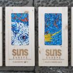 "Targhe per ""Suns Europe"" minority language song contest, Udine, dal 2015. 28 x 14 cm l'una"