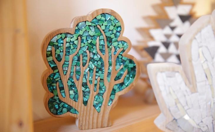 Carraro-Chabarik-mosaico_alberi-legno-di-riciclo-e-mosaico-2