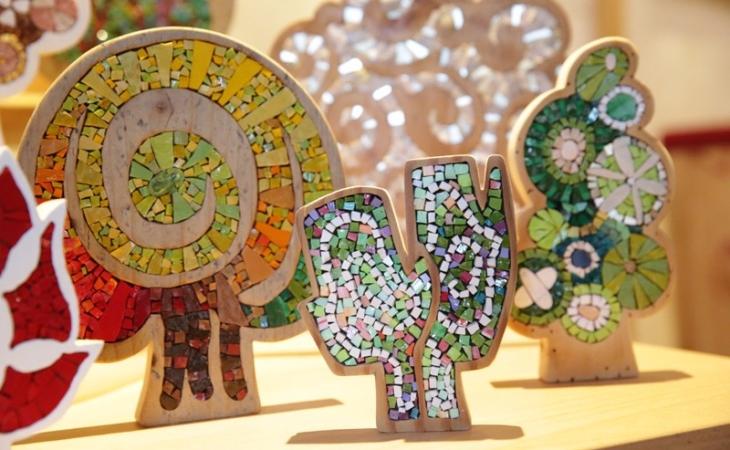Carraro-Chabarik-mosaico_alberi-legno-di-riciclo-e-mosaico