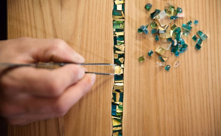 lavorazione oggetti d'arredamento con inserti in mosaico
