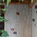 """""""Petra Musiva"""", 2014. Decori/appendiabiti a muro in ceramica, con inserti in mosaico di ori e smalti veneziani, marmi e pietre. In collaborazione con Daniela Isola"""
