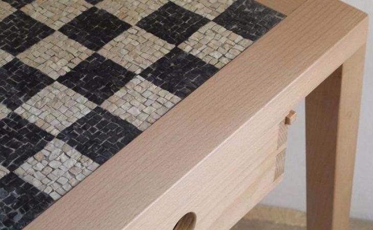 tavolino per arredamento Alessandro Pasquali con scacchiera in mosaico