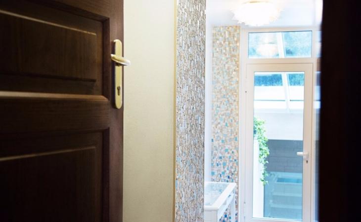 rivestimenti parietali in mosaico per l'entrata di una casa