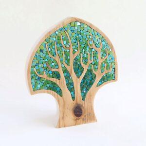 oggetto a forma di albero in mosaico e legno di riciclo